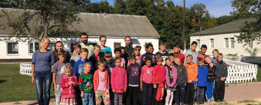 Священники Оболонского благочиния передали школьные пренадлежности детям в школу-интернат