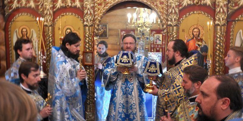 В день престольного праздника архиепископ Боярский Феодосий возглавил Божественную литургию в храме при 4-м роддоме г.Киева