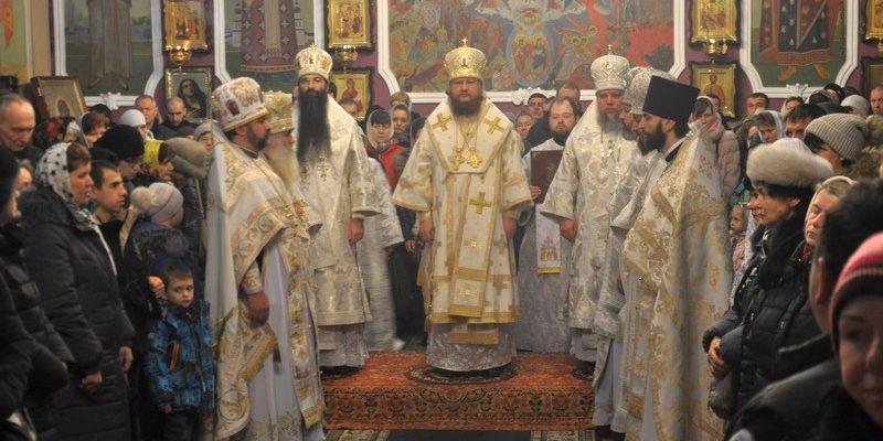 Архиепископ Боярский Феодосий возглавил Божественную литургию в Покровском храме